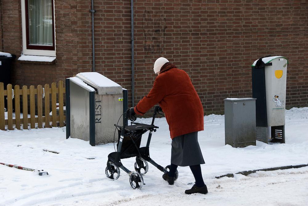 Driebergen,12 febr, 2010.De winterkou. Voor ouderen is het glad. (c)Renee Teunis.