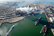Nederland, Zuid-Holland, Rotterdam, 18-02-2015; Maasvlakte kolencentrales 1 en 2 van E.ON met de dubbele schoorsteen. De elektriciteitscentrale met de losstaande schoorsteen is de nieuwe centrale Maasvlakte Power Plant MPP3. In de achtergrond de Tweede Maasvlakte.<br /> Maasvlakte with the coal-fired Maasvlakte Power Plant E.ON<br /> luchtfoto (toeslag op standard tarieven);<br /> aerial photo (additional fee required);<br /> copyright foto/photo Siebe Swart