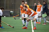 BLOEMENDAAL - Hockey.  Tim Cross (Tilburg)  . Sander 't Hart (Bldaal) Bloemendaal HI-Tilburg HI, oefenwedstrijd.    COPYRIGHT  KOEN SUYK