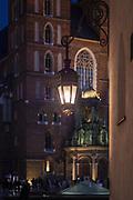 2020-02-08 Kraków Rynek Główny, na drugim planie Kościół Mariacki.