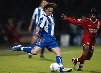 Fotball<br /> Kvartfinale Champions League<br /> Lyon v Porto<br /> 7. april 2004<br /> Foto: Digitalsport<br /> Norway Only<br /> <br /> MANICHE (POR) / VIKASH DHORASOO (LYON) *** Local Caption *** 40001110