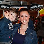 NLD/Amsterdam/20120401 - Premiere de Lorax, Daniele Frederiks - van Aalderen en zoontje Willem