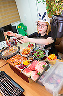 MUKBANG - KOREA<br /> <br /> Rå fisk, chilihet kimchi, nudelgryta med nötkött, sallad med körsbär och ett stort lass med ål står på menyn. Mat för 5-6 personer intas i en sittning av Seon Yoon Ahn som sänder ut sitt intagande av måltiden på sin webkanal. Företelsen kallas mukbang.