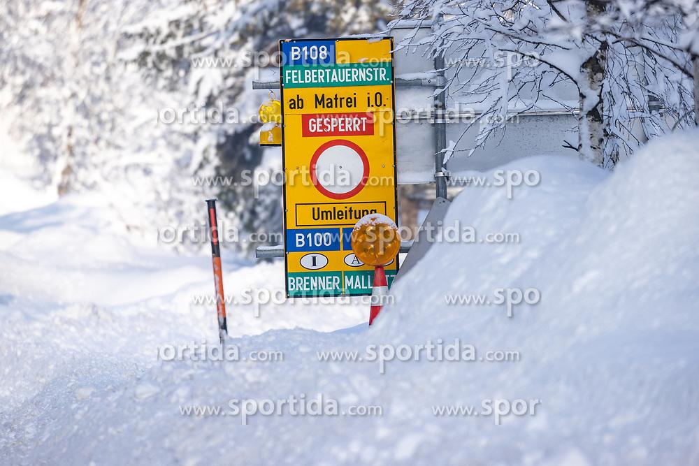 THEMENBILD - Nach dem Einsturz einer Halle in Lienz aufgrund der Schneemassen und einigen Lawinenabgängen auf Straßen hat sich am Sonntagvormittag die Situation in Osttirol leicht entspannt. Die massiven Schneefälle haben aufgehört. die Felbertauernstrasse ist aber nach wie vor gesperrt. Hier im Bild: Hinweisschild auf die Strassensperre der B108 Felbertauernstrasse bei Huben in Osttirol, Österreich am Sonntag, 3. Januar 2021 // After the collapse of a hall in Lienz due to the masses of snow and some avalanches on roads, the situation in East Tyrol has eased slightly on Sunday morning. The massive snowfalls have stopped. but the Felbertauern road is still closed. Here in the picture: Sign indicating the road closure of the B108 Felbertauernstrasse near Huben in East Tyrol, Austria on Sunday, January 3, 2021. EXPA Pictures © 2021, PhotoCredit: EXPA/ Johann Groder