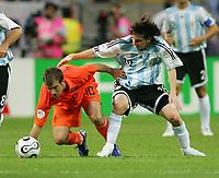 v.l. Rafael van der Vaart, Lionel Messi Argentinien<br /> Fussball WM 2006 Niederlande - Argentinien <br /> Nederland- Argentina<br />  Norway only
