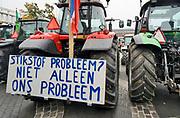 Nederland, Arnhem, 14-10-2019 Boeren uit de provincie Gelderland zijn met hun trekkers naar het procinciehuis in Arnhem gereden om te protesteren tegen de maatregelen die hun worden opgedrongen om het stikstofprobleem op te lossen. Ze eisen dat de provinciale maatregelen opgeschort worden. Gedeputeerde Peter Drenth staat hen te woord en zal in overleg gaan. Foto: Flip Franssen