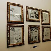 NLD/Amsterdam/20051110 - Opening expositie Bajeskunst: 'Koningin Beatrix uit de gevangenis' galerie Donkersloot Amsterdam, kunstwerken van schrijver Richard Klinkhamer