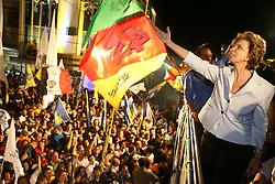 A governadora eleita do Rio Grande do Sul comemora com o público após ser declarada sua vitória.FOTO: Jefferson Bernardes/Preview.com