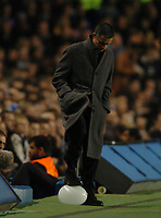 Fotball<br /> Foto: SBI/Digitalsport<br /> NORWAY ONLY<br /> <br /> Paris SG v Chelsea<br /> UEFA Champions League. Stamford Bridge, London. 24/11/2004.<br /> <br /> Jose Mourinho bursts a balloon during the first half.