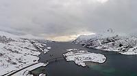 Austerstraumen bru til venstre, Husjordøya, Vesterstraumen til høyre og Øksfjorden bakover i bildet.