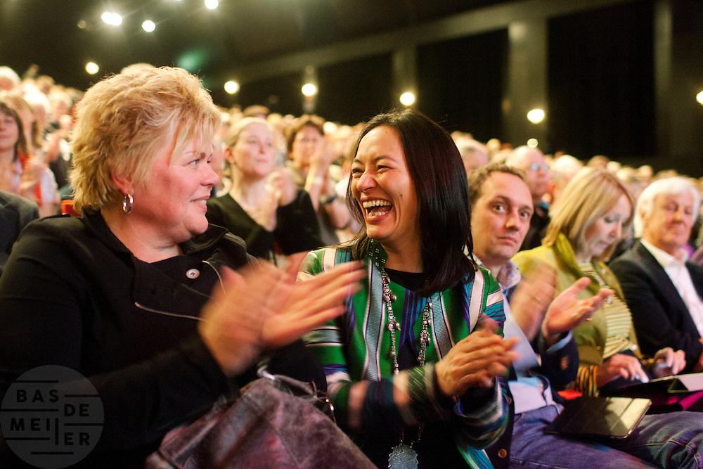 Een onderonsje tussen Ineke van Gent en Mariko Peters. In Utrecht vindt het 30e partijcongres plaats van GroenLinks. Een van de heikele punten is de missie naar Kunduz. Ook wordt een nieuwe partijvoorzitter gekozen.<br /> <br /> Ineke van Gent (left) and Mariko Peters are having fun at the convention. The Dutch party GroenLinks (Green party) holds its 30th convention in Utrecht. One of the big issues is the mission to Kunduz. They will also elect the new chairman of the party.