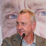 NLD/Amsterdam/20110314 - Presentatie nieuwe Helden en 14 jarig bestaan Johan Cruijff Foundation, Johan Cruijff voor zijn portret