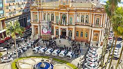 Porto Alegre, RS 08/07/2019: A Guarda Municipal de Porto Alegre recebeu nesta segunda-feira (8), em frente ao Paço Municipal, 19 novas viaturas. São 13 sedans e seis caminhonetes 4X4, adquiridos via emenda parlamentar no valor de R$ 2.350 milhões, do então deputado Nelson Marchezan Júnior. Os veículos serão utilizados para patrulha. Eles possuem equipamentos operacionais tradicionais de viaturas policiais (GPS, rádio transmissor, sirene, giroflex) e equipamentos que permitem o registro, armazenamento e suporte para transmissão de áudio e vídeo. Também serão entregues novos equipamentos, como pistolas, espingardas e outros.<br /> Foto: Jefferson Bernardes/PMPA