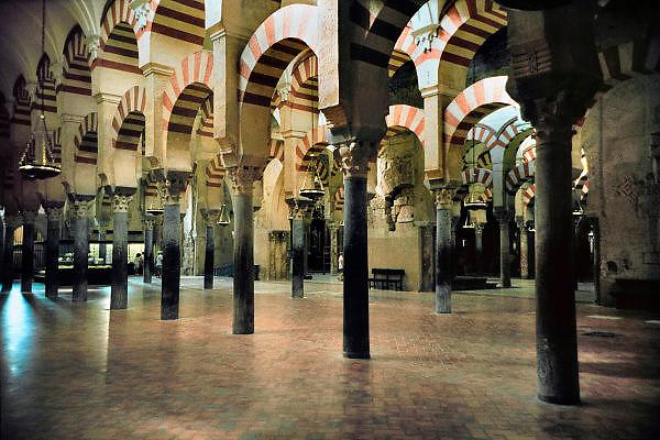Spanje, Cordoba, 29-5-2007..De moskee van Cordoba werd gebouwd tijdens de 9e en 10e eeuw en gewijd als de kathedraal in 1236. Een juweel van Hispanics kunst, de Mezquita, met zijn 850 zuilen, dubbele bogen en Byzantijnse mozaieken, is een erfenis van het Omajjad kalifaat in Spanje. In het centrum van het bos van de kolommen stijgt een 16de-eeuwse kathedraal...Foto: Flip Franssen/Hollandse Hoogte