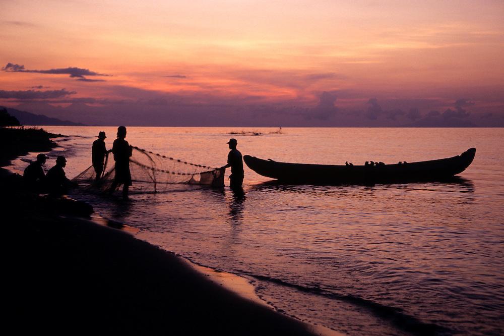 Indoneisa; Bali; fishing canoe; canoe; fishing; boat; fisherman; fishing; cast; net; water; traditional; man