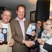 NLD/Hilversum/20151103, Najaarspresentatie met o.a. boekpresentatie Will Luikinga en Vincent Bijlo, Hans Liberg met Vincent Bijlo en zijn moeder met het nieuwe boek van Vincent