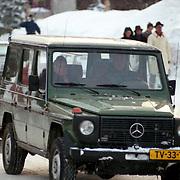 AUT/Lech/19940209 - Koninging Beatrix in Lech laat zich rijden in haar Mercedes jeep