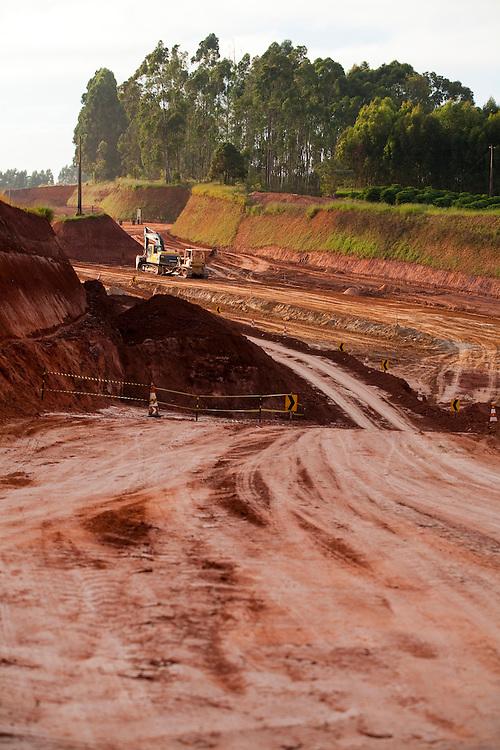 Jacui_MG, Brasil...Obras com retroescavadeira em uma estrada de terra em Jacui...Works with backhoe on a dirt road in Jacui...Foto: LEO DRUMOND / NITRO