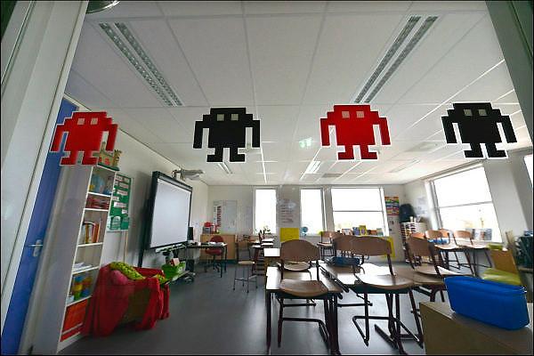 Nederland, Nijmegen Lent, 9-3-2015In het lokaal, klaslokaal van een basisschool zijn figuurtjes van het computerspel Pacman als versiering op de ruit geplakt.Foto: Flip Franssen/ Hollandse Hoogte