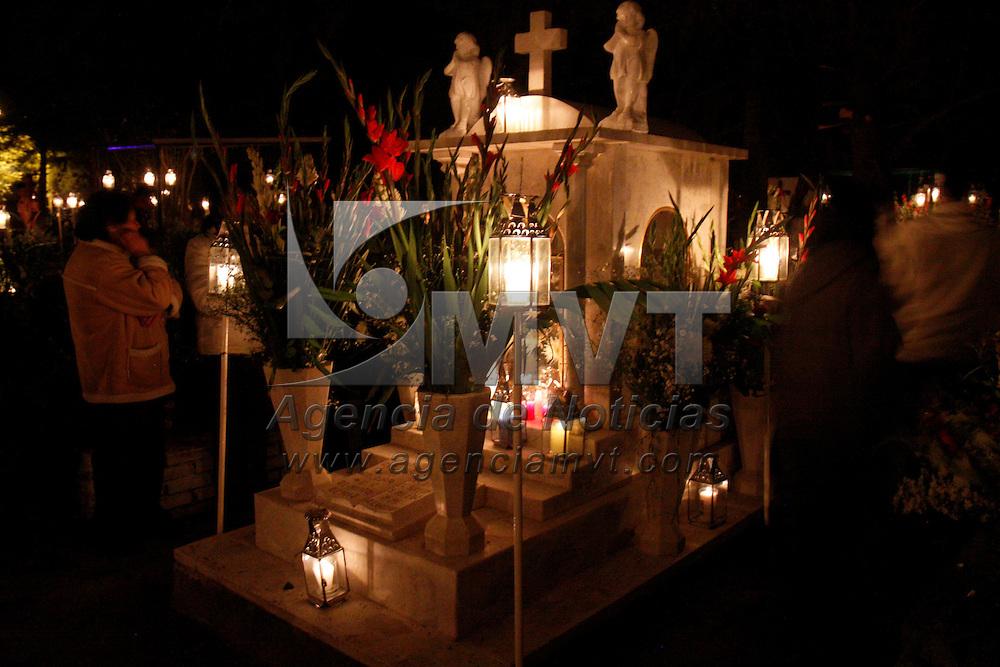 Toluca, Mex.- Habitantes de Cacalomacan acudieron  al panteón del sitio a velar a sus difuntos como parte de la celebración del Día de Muertos, una peculiaridad de este lugar es que las veladoras que se colocan en las tumbas son colocadas en faroles de metalistería, el lugar es adornado con estos faros. Agencia MVT / Crisanta Espinosa. (DIGITAL)<br /> <br /> NO ARCHIVAR - NO ARCHIVE