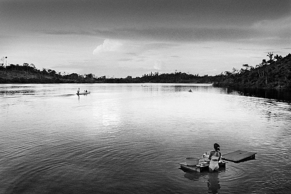 Brazil, Ressaca, rio Xingu, Para.<br /> <br /> Ressaca, colonie de garimpeiros. La consommation electrique du Bresil se developpe et depasse la croissance de l'approvisionnement. Le gouvernement bresilien voient une solution au cœur du bassin amazonien, source de puissance hydroelectrique. Le Bresil accelere des plans pour construire le troisieme plus grand barrage du monde sur une courbe du fleuve de Xingu. Ce barrage augmentera la capacite hydroelectrique du pays de 15 %. Une aire de 400 km2 sera inondee. Les adversaires du projet de barrage maintiennent qu'il est economiquement inefficace, devasterait jungles, fleuves et faune, deracinerait indiens et colons, et empecherait la navigation.
