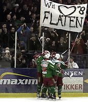 """Ishockey<br /> GET-Ligaen<br /> 14.02.08<br /> Askerhallen<br /> Frisk Asker Tigers - Vålerenga VIF<br /> Joachim Flaten jubler for sin 3-0 scoring med lagkameratene foran et banner der det står """" we love Flaten """"<br /> Foto - Kasper Wikestad"""