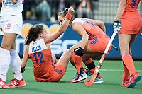 AMSTELVEEN - Lidewij Welten (Ned) heeft de stand op 1-0 gebracht en viert het met Kelly Jonker (r)  tijdens Nederland - Spanje (dames) bij de Rabo EuroHockey Championships 2017.  ANP KOEN SUYK