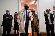 20210902/Pablo Vignali/ URUGUAY/ MONTEVIDEO/En el museo Pedro Figari ingresaron al acervo 16 obras del artista. Las obras ya se encontraban en el local pero a modo de préstamo.<br /> Estuvieron presentes: Pablo Da Silveira (ministro de Educación y Cultura).<br /> Mariana Wainstein (Directora Nacional de Cultura).<br /> Enrique Aguerre (Director del Museo de Artes Visuales).<br /> Pablo Thiago Rocca (Director del Museo Pedro Figari).<br /> Silvana Bergson (Coordinadora del Instituto Nacional de Artes Visuales).<br /> En la foto: Enrique Aguerre, Silvana Bergson, Pablo da Silveira, Thiago Rocca y Mariana Wainstein, durante la presentación de las 16 obras del artista. Foto: Pablo Vignali / adhocFOTOS