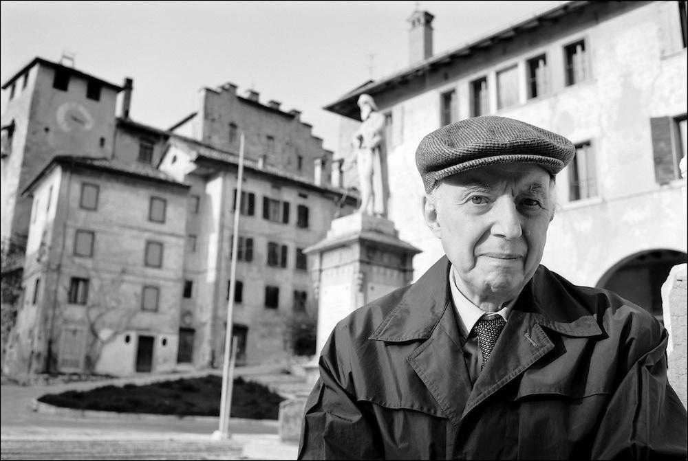 15 APR 89 - Feltre (BL) - Lo scrittore Silvio Guarnieri nella sua casa :-: Italian writer Silvio Guarnieri at home