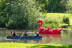 © Licensed to London News Pictures. 22/06/2019. Warwick, Warwickshire, UK. People on rowing boats and pedalos enjoy the weather on the river Avon in Warwick during a hot summers day. Photo credit: LNP