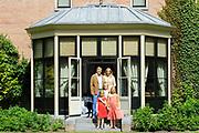 Koninklijke fotosessie 2013 op landgoed De Horsten ( het huis van de koninklijke familie)  in Wassenaar.<br /> <br /> Royal photoshoot 2013 at De Horsten estate (the home of the royal family) in Wassenaar.<br /> <br /> Op de foto / On the photo: <br /> <br />  Koning Willem-Alexander en koningin Maxima met de prinsesjes Amalia, Alexia en Ariane<br /> <br /> King Willem-Alexander and Queen Maxima  with the princesses Amalia, Alexia and Ariane Koning Willem-Alexander en koningin Maxima met de prinsesjes Amalia, Alexia en Ariane en de labrador Skipper<br /> <br /> King Willem-Alexander and Queen Maxima  with the princesses Amalia, Alexia and Ariane and the labrador Skipper