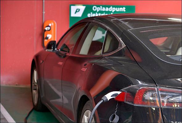 Nederland, Eindhoven, 9-9-2015De eigenaar van een elektrisch aangedreven auto laadt zijn voertuig op in de parkeergarage. FOTO: FLIP FRANSSEN/ HOLLANDSE HOOGTE