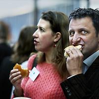 Nederland, Rotterdam , 28 januari 2011..De Nationale Kansdenkdag organiseert landelijk inspirerende Kansdenkdagen vanuit het concept Kansdenken. Op uw verzoek organiseren wij zelfs uw eigen incompany Kansdenkdag! De Nationale Kansdenkdag is een initiatief van Svelar Vitaal..De lunch.Foto:Jean-Pierre Jans