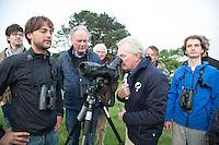 ZANDVOORT - Birdwatching - Vogelteldag   op de Kennemer Golf & Country Club. Michiel van den Bergh met Drs. J.J. (Jan) IJff.   Een natuurvriendelijk en milieubewust beheerd golfterrein biedt voor de golfer een interessante en uitdagende omgeving en bevordert de beeldvorming van de golfsport als een 'groene' sport.  Het beleid kent drie programma's: Committed to Green, Golfers love Birdies en Green Deal. COPYRIGHT KOEN SUYK