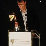 NLD/Bussum/20051212 - Uitreiking Gouden Beelden 2005, Tijs van den Brink reikt beeld uit voor Informatie