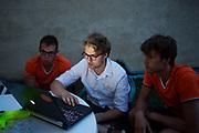 De manager neemt met twee trainers de planning voor d volgende dag door. Het Human Power Team Delft en Amsterdam (HPT), dat bestaat uit studenten van de TU Delft en de VU Amsterdam, is in Senftenberg voor een poging het laagland sprintrecord te verbreken op de Dekrabaan. In september wil het Human Power Team Delft en Amsterdam, dat bestaat uit studenten van de TU Delft en de VU Amsterdam, tijdens de World Human Powered Speed Challenge in Nevada een poging doen het wereldrecord snelfietsen voor vrouwen te verbreken met de VeloX 7, een gestroomlijnde ligfiets. Het record is met 121,44 km/h sinds 2009 in handen van de Francaise Barbara Buatois. De Canadees Todd Reichert is de snelste man met 144,17 km/h sinds 2016.<br /> <br /> The Human Power Team is in Senftenberg, Germany to race at the Dekra track as a preparation for the races in America. With the VeloX 7, a special recumbent bike, the Human Power Team Delft and Amsterdam, consisting of students of the TU Delft and the VU Amsterdam, also wants to set a new woman's world record cycling in September at the World Human Powered Speed Challenge in Nevada. The current speed record is 121,44 km/h, set in 2009 by Barbara Buatois. The fastest man is Todd Reichert with 144,17 km/h.