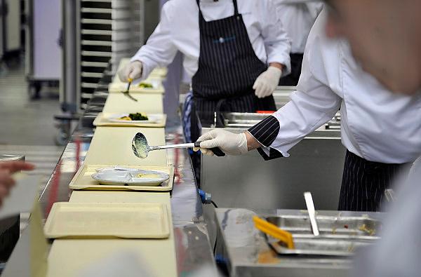 Nederland, Nijmegen, 17-4-2012 Centrale keuken van een ziekenhuis. aan de lopende band worden de warme maaltijden voor de patienten opgeschept. Hygiene, dieet, aangepaste voeding. Foto: Flip Franssen