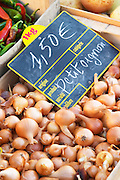 Small onions, 1.50 euro per kilo, for sale at a market stall at the street market in Bergerac, Bergerac Dordogne France