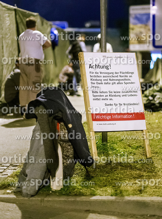 03.10.2015, Grenzübergang, Salzburg - Freilassing, GER, Flüchtlingskrise in der EU, im Bild Informationsschild der Stadt Salzburg auf Spenden Anlieferungs Stop // Information shield the city of Salzburg on donations Delivery Stop for the Migrants. Europe is dealing with its greatest influx of migrants and asylum seekers since World War II as immigrants fleeing war and poverty in the Middle East, Afghanistan and Africa try to reach Germany and other Western European countries, German - Austrian Border, Salzburg on 2015/10/03. EXPA Pictures © 2015, PhotoCredit: EXPA/ JFK
