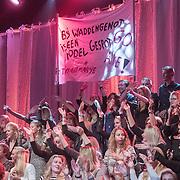 NLD/Amsterdam/20161025 - finale Holland Next Top model 2016, publiek met spandoek