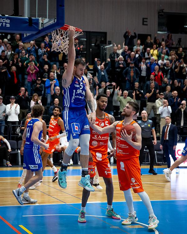 ÖSTERSUND 20211007<br /> Jämtlands Steve Harris hänger i korgen under torsdagens match i basketligan mellan Jämtland Basket och Norrköping Dolphins.<br /> Foto: Per Danielsson / Projekt.P