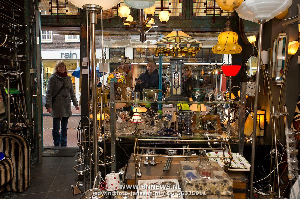 De 9 straatjes is de verzamelnaam voor de negen schilderachtige winkelsraatjes tussen Raadhuisstraat en Leidsestraat, op een paar minuten loopafstand van het Paleis op de Dam. Deze wijk met haar vele monumentale panden heeft de gezelligheid van het verleden behouden en gonst van het leven. De straatnamen herinneren  nog aan het ambacht van de leerbewerking en het geheel geeft en prachtig overzicht van de bouwstijlen binnen de Amsterdamse grachtengordel. Dit mooie stukje stad staat alom bekend als het meest boeiende winkelgebied van Amsterdam. Op de foto of zoekplaatje, Art Deco winkel van Djoeke Wessing in de Huidenstraat.