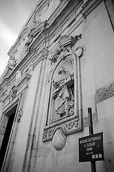 """La cattedrale di San Cataldo (o duomo di San Cataldo) Ë una chiesa di Taranto, inizialmente dedicata a santa Maria Maddalena poi a san Cataldo vescovo. Fu costruita ad opera dei Bizantini nella seconda met? del X secolo, durante i lavori di ricostruzione della citt? voluti dall'imperatore Niceforo II Foca..Negli ultimi anni dell'XI secolo l'impianto bizantino venne rimaneggiato e si costruÏ l'attuale cattedrale a pianta basilicale. Tuttavia la vecchia costruzione non fu sostituita del tutto: il braccio longitudinale, ampliato e ribassato, incorporÚ la navata centrale con la profonda abside della chiesa bizantina, rimaste inalterata; l'altare Ë posto sotto la cupola e la vecchia navata divenne il transetto, tagliato poi dalle navate laterali, lasciando in vista una serie di colonnine che decoravano l'antica costruzione..Nel 1713 fu aggiunta la facciata barocca, opera dell'architetto leccese Mauro Manier (fonte Wikipedia http://it.wikipedia.org/wiki/Cattedrale_di_San_Cataldo)..Nella fotografia si nota la facciata: essa """"Ë tagliata orizzontalmente da un architrave spezzato di stile barocco. Sui tronconi sono adagiati due angeli che guardano il rettangolo del finestrone centrale sul quale campeggia la statua in pietra di san Cataldo. In basso si apre l'ampio portale sulla cui trabeazione Ë incastonato lo stemma dell'arcivescovo Stella..Sulle due fasce laterali suddivise in campi rettangolari si trovano quattro nicchie contenenti le statue di san Pietro apostolo e san Marco poste in basso ai lati del portale, e di san Rocco e sant'Irene in quelle superiori. Le nicchie sono sormontate da medaglioni culminanti a conchiglia. Il finestrone Ë contornato da ornamentazioni floreali ed affiancato da due colonne tortili. Due angioletti adoranti fiancheggiano la statua di san Cataldo che sormonta il finestrone. Sull'architrave del grande portale Ë scolpito lo stemma dell'arcivescovo Stella che promosse la realizzazione dell'opera (Fonte Wikipedia http://it.wikipedia.org/wiki/Catte"""