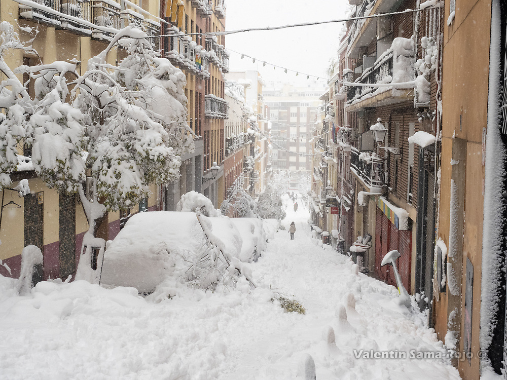 Madrid, Spain. 9 th January, 2021. A street of Madrid's downtown under a heavy snowfall. Storm Filomena hits Madrid (Spain), a weather alert was issued for cold temperatures and heavy snow storms across Spain; according to the weather agency Aemet is expected to be one of the snowiest days in recent years. © Valentin Sama-Rojo.