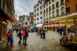 Tourist in Campo S. Bortolomio near the Rialto Bridge, Venice, Italy<br /> <br /> (c) Andrew Wilson | Edinburgh Elite media