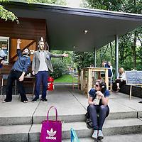 """Nederland, Amsterdam , 12 juni 2011..opening Terrasmus zondag in Erasmuspark ..Terrasmus ligt in het Erasmuspark in Bos en Lommer in Amsterdam West. Bij ons vind je verse sappen en smoothies, luxe tosti's, ijsjesen kwalitatieve koffie en thee. Kies een plekje op ons sfeervolle terras en geniet van de zachte klanken van onze eigen terraspiano. Of kies een product 'to go' en zoek een plekje in het gras van het Erasmuspark..Op de foto een muzikaal trio """"de Rotte Herders"""" genaamd die liederen zingen..Foto:Jean-Pierre Jans"""