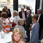 NLD/Hilversum/20070817 - Straten rond het Mediapark Hilversum vernoemd, kinderen en kleinkinderen Mies Bouwman en Leen Timp