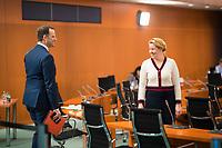 DEU, Deutschland, Germany, Berlin, 08.04.2020: Bundesgesundheitsminister Jens Spahn (CDU) im Gespräch mit Bundesfamilienministerin Dr. Franziska Giffey (SPD) vor Beginn der 92. Kabinettsitzung im Bundeskanzleramt. Aufgrund der Coronakrise findet die Sitzung derzeit im Internationalen Konferenzsaal statt, damit genügend Abstand zwischen den Teilnehmern gewahrt werden kann.