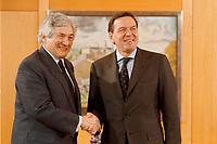 25.01.1999, Deutschland/Bonn:<br /> James D. Wolfensohn, Präsident der Weltbank, und Gerhard Schröder, Bundeskanzler, vor einem Treffen, Heckelzimmer, Bundeskanzleramt, Bonn<br /> IMAGE: 19990125-02/01-02<br /> KEYWORDS: Gerhard Schroeder