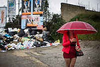 22.02.2014. Napoli, Campania, Italia. En prostituert står i en veikant med søppel i påvente av nye kunder. Bilder til magasinsak om Campania regionen.  Foto: Christopher Olssøn